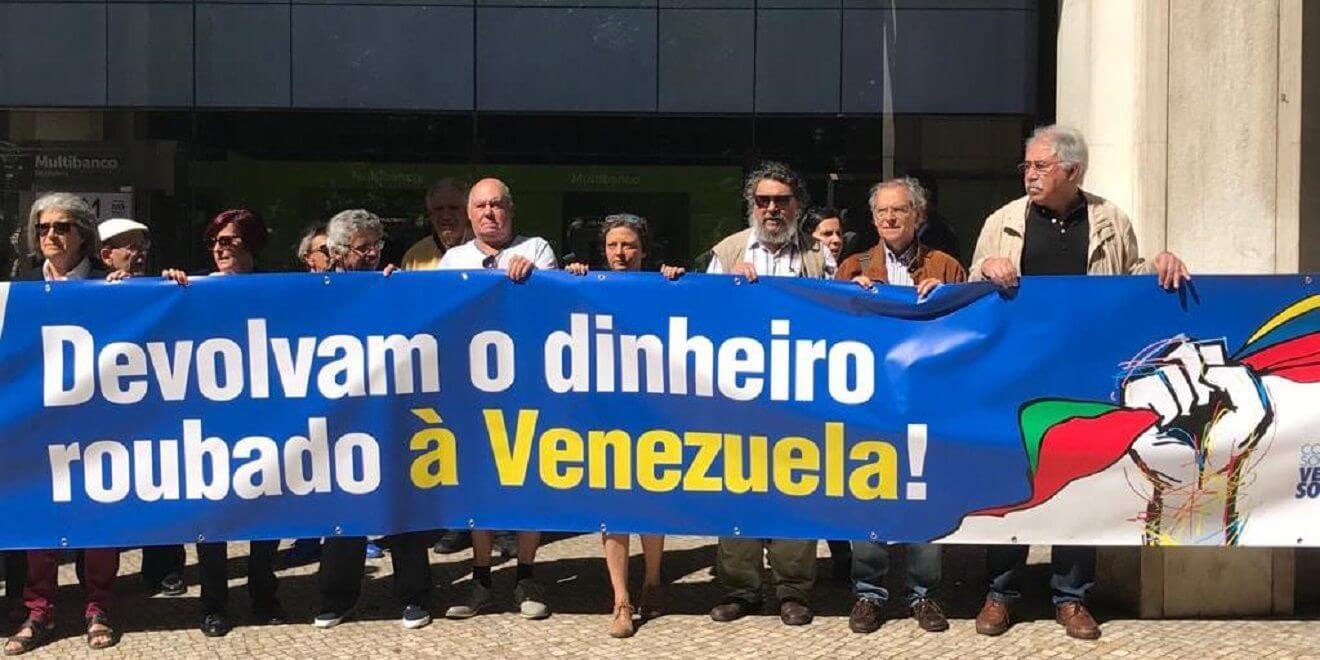 Representantes de diversas organizaciones de la República Portuguesa protestaron este lunes frente a la sede principal de Novo Banco