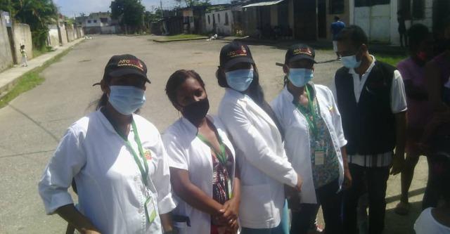 Afroamiga equipo médico en Morón