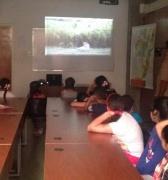 Estudiantes aprenden y disfrutan sus vacaciones a la Africana