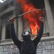 Guatemala en crisis: Queman sede del congreso. Vicepresidente pide renuncia conjunta al presidente de la república